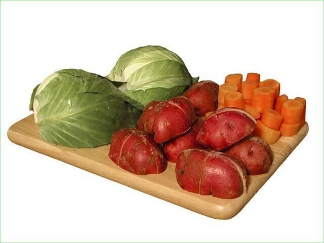 Подготовленные овощи на доске