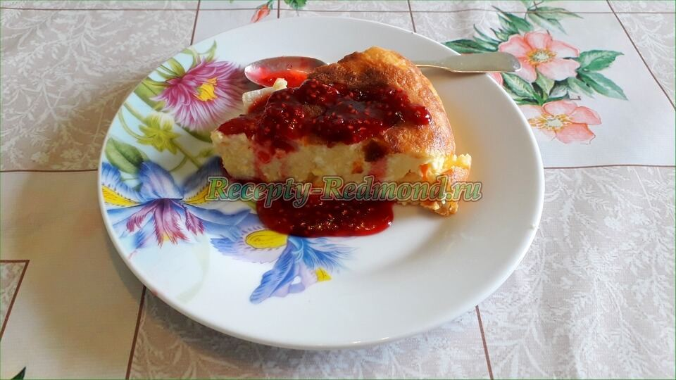 кусок творожной запеканки с малиновым соусом